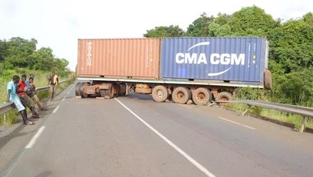 Kédougou: Un gros porteur bloque l'axe Samécouta -Saraya …