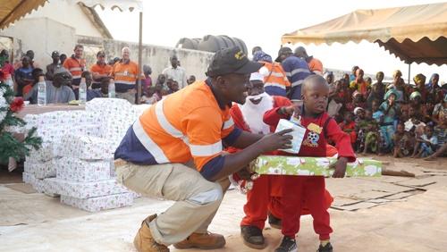 Arbre de noël, SGO crée la joie dans le cœur des enfants de Sabodala